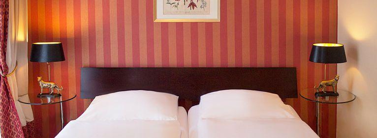 Doppelbett im Doppelzimmer Deluxe