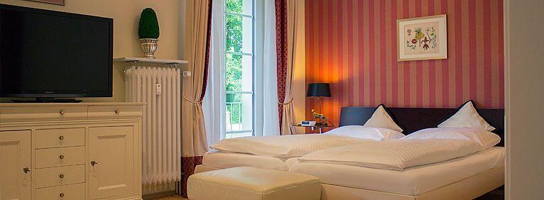 Übersicht des Doppelzimmers - Bett, Ferseher, Fenster