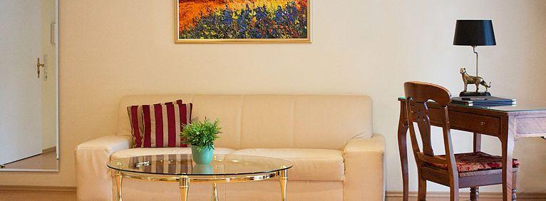 Sofa und Arbeitstisch im Doppelzimmer