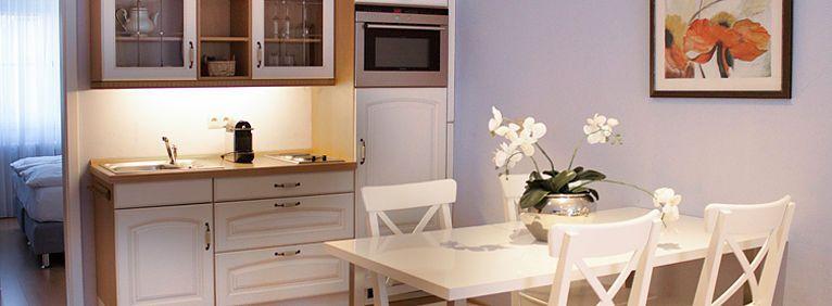 Ansicht der Küche und Esstisches in der Suite